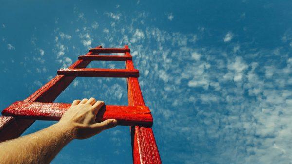 Hand op rode trap