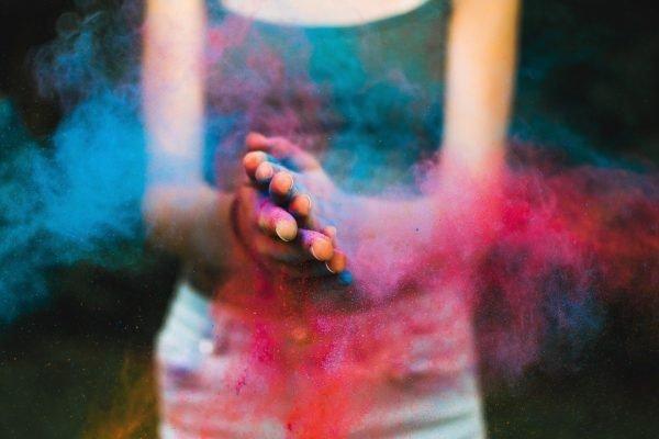 Kleurige poeder in klappende handen